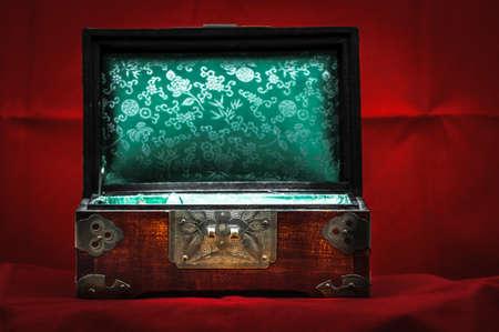 medaglione: Piccolo medaglione su sfondo rosso per i vostri gioielli Archivio Fotografico