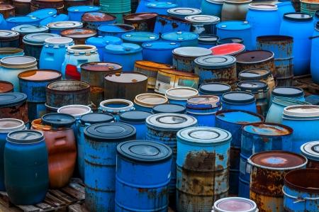 residuos toxicos: Varios barriles de desechos t?xicos en el basurero Foto de archivo