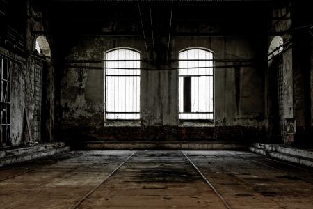 mess room: Interior industrial abandonado con la luz brillante