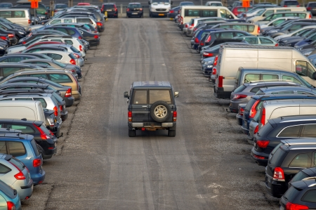Parking à l'extérieur avec beaucoup de voitures