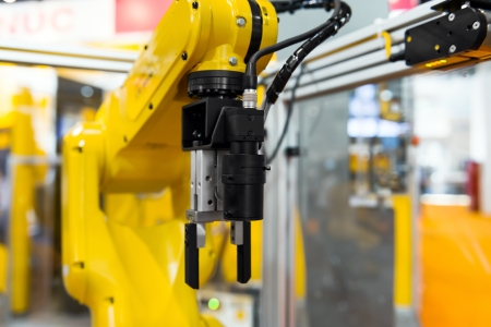 robot: El brazo del robot en una fábrica que trabaja para los seres humanos