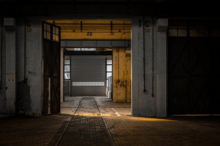 Grote industriële deur in een fabriek