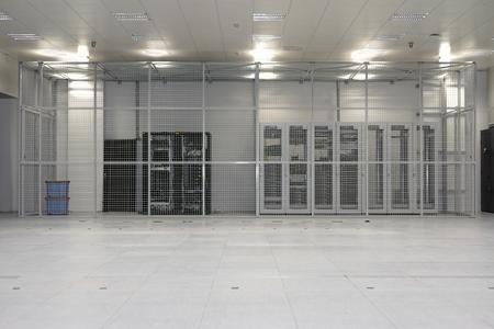 Schone industriële interieur van een serverruimte met servers Stockfoto
