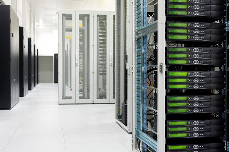 Reinig industriële interieur van een serverruimte met servers Stockfoto