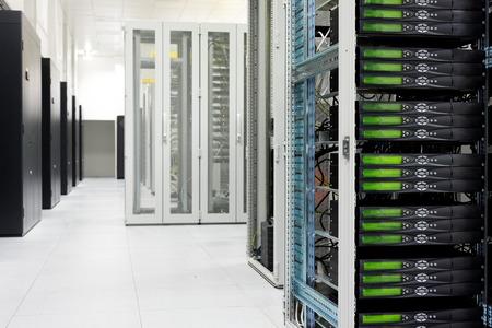 rechenzentrum: Reinigen industrieller Innenraum eines Serverraums mit Servern