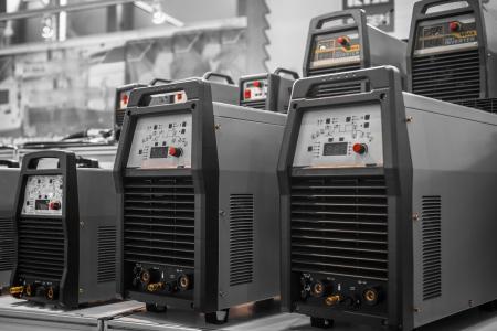 Industriële elektriciteit omvormers in een fabriek close-up