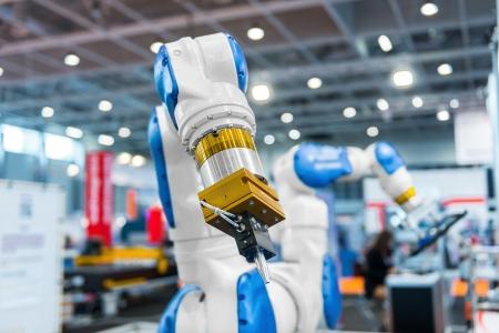 인간을 위해 일하는 공장에서 로봇 팔 스톡 콘텐츠