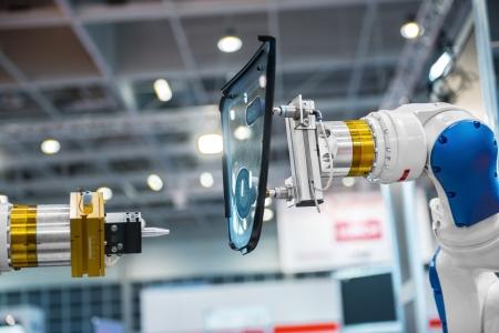 industrial mechanics: El brazo del robot en una f�brica que trabaja para los seres humanos