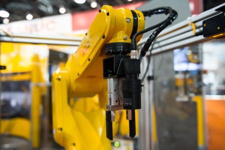 Robotarm in een fabriek te werken voor de mens