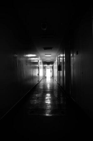 Licht via venster op gang Stockfoto