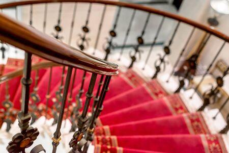 bajando escaleras: Escaleras elegantes de cerca la foto con la alfombra roja
