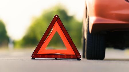 Triángulo rojo de un coche en la carretera Foto de archivo