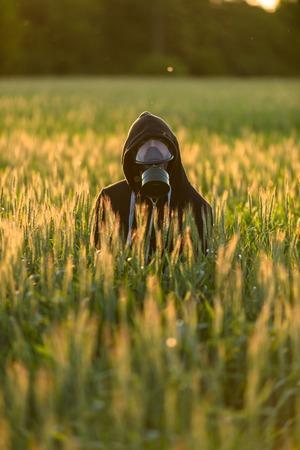 gasmask: Uomo con maschera antigas Allergico al campo
