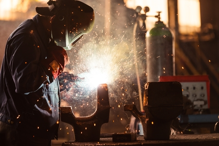 trabajadores: Trabajador industrial en el primer plano de soldadura de f�brica