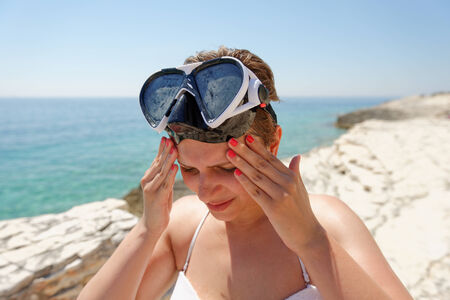 sunstroke: Scuba diver woman cant see because of the sun