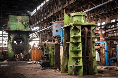 Grote industriële hal met weinig licht hoek schot Stockfoto