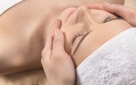 pulizia viso: Trattamento sanitario presso il salone spa per una donna