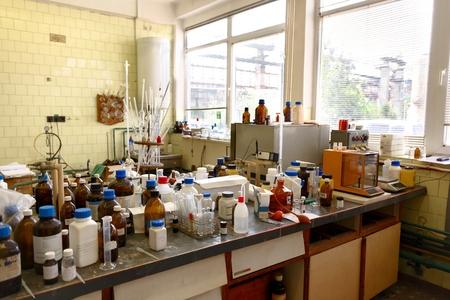 cuarto desordenado: Antiguo laboratorio con una gran cantidad de botellas de grabado con planeador