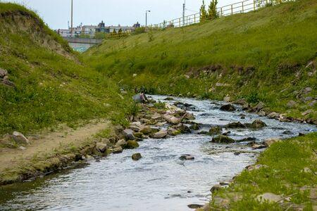 aguas residuales: Aguas residuales Agua que fluye en el río al aire libre Foto de archivo
