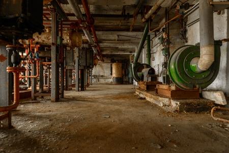 oxidado: Interior oscuro y abandonado de una central eléctrica
