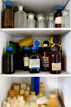 veneno frasco: Antiguo laboratorio con una gran cantidad de botellas y suciedad