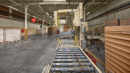 manipular: Cinta transportadora moderno en la foto interior industrial