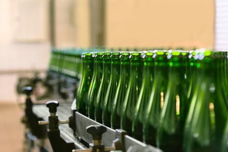 Vele flessen op transportband fabriek