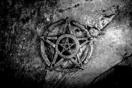 Antiguo acero Pentagram foto de primer plano en el fondo Foto de archivo - 41643478