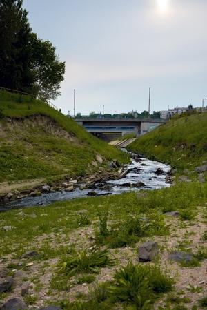 aguas residuales: Aguas residuales Agua que fluye en el r�o al aire libre Foto de archivo