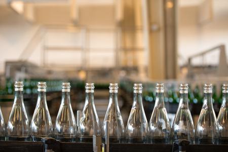 ciclo del agua: Muchas botellas en la banda transportadora en la fábrica
