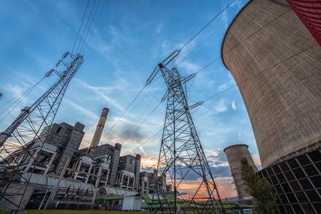 fuelling station: El calor que produce enorme y moderna planta de energía Foto de archivo