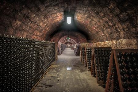 Langen unterirdischen Tunnel Ziegelwinkel erschossen dunklen Standard-Bild