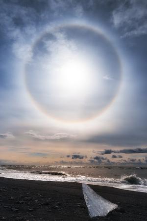 atmospheric phenomena: Sun halo on the shore of Jokulsarlon glacier lagoon