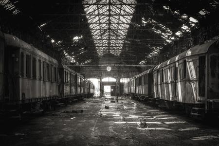 古い列車車庫の貨物列車