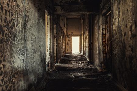 Couloir abandonné à l'hôpital de Pripyat, prise d'angle de la zone d'exclusion de Tchernobyl 2019