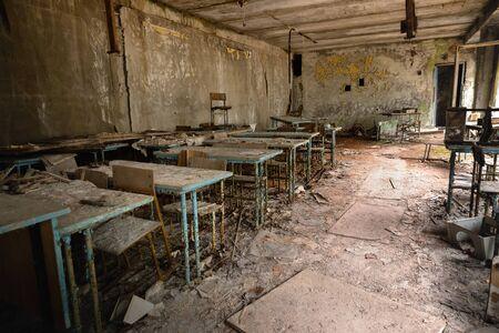 Aula abandonada en la escuela número 5 de Pripyat, zona de exclusión de Chernobyl Foto de archivo