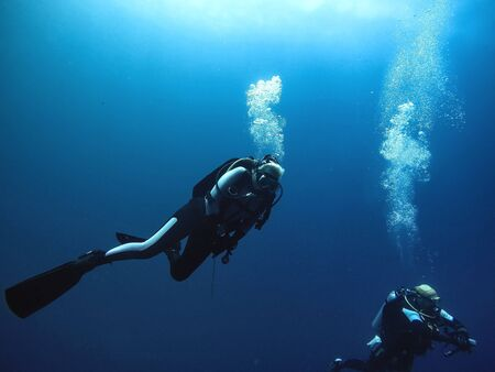 Plongeurs sous-marins remontant à la surface photo sous-marine