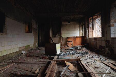 Habitación abandonada y desordenada en la ciudad fantasma Foto de archivo