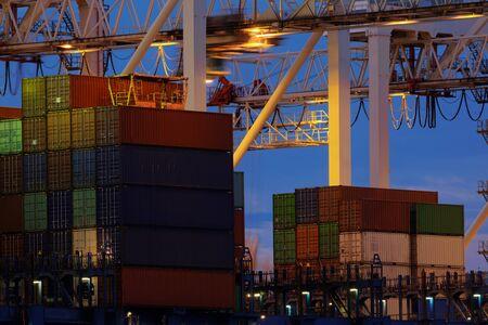 Gran puerto industrial con muchas grúas y contenedores de carga. Foto de archivo
