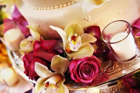 열대 꽃과 장미와 함께 줄 지어 웨딩 케이크 스톡 콘텐츠