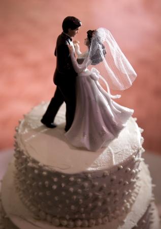 웨딩 케이크에 신부와 신랑 춤의 수치
