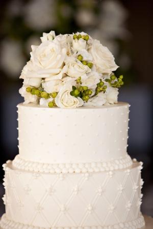 Pastel de boda con flores en la cima