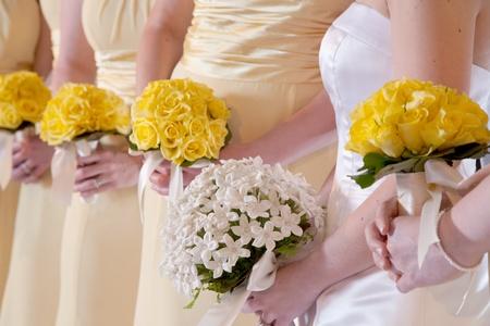 Bruidsboeketten in de handen van de bruidsmeisjes Stockfoto