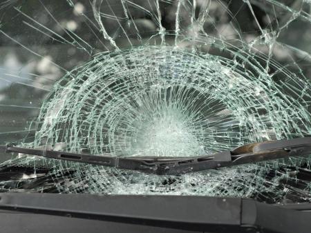 事故の後の車の保険テーマ: 粉々 に砕けたガラス窓 写真素材