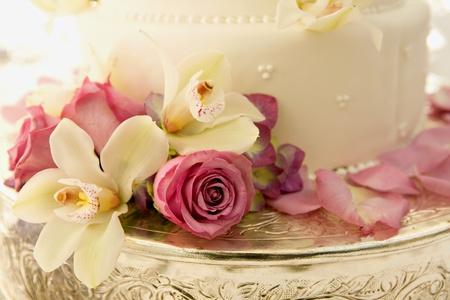 boda pastel: Pastel de bodas con rosas y flores tropicales Foto de archivo