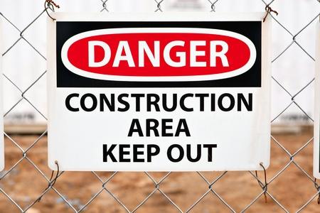 se�ales de precaucion: Mantener fuera letrero a la entrada de un sitio de construcci�n