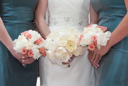 Ramos de novia en manos de las damas de honor Foto de archivo - 13002647