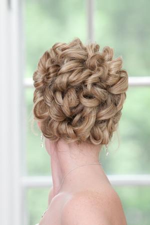 金髪女性の結び目の髪お団子の背面図