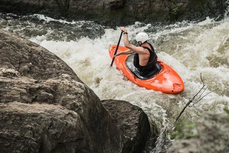 Man Kajak Wildwasser unten