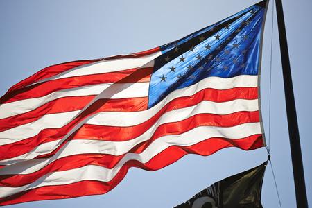Beleuchtete Star Spangled Banner auf blauem Himmel Standard-Bild
